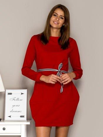 Czerwona sukienka dresowa z wiązaniem