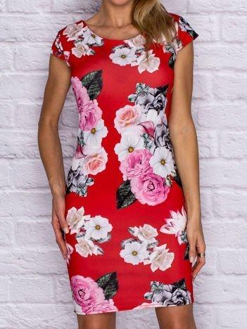 Czerwona sukienka koktajlowa w kwiaty