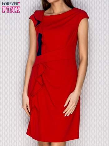 Czerwona sukienka koktajlowa z falbaną