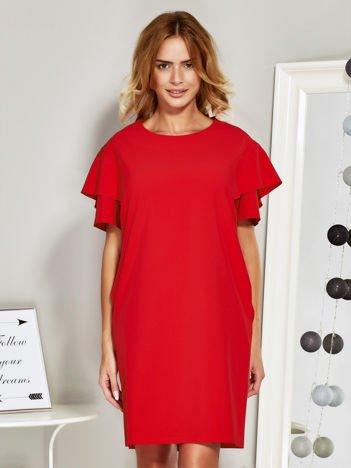 Czerwona sukienka koktajlowa z falbanami na rękawach