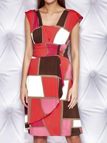 Czerwona sukienka koktajlowa z marszczeniami i graficznym wzorem