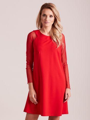 Czerwona sukienka o luźnym kroju
