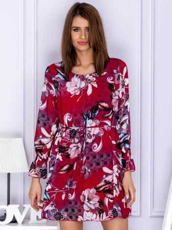 Czerwona sukienka w kwiatowy deseń