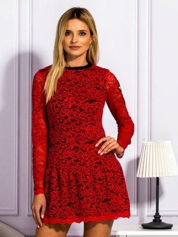Czerwona sukienka z koronką i naszywkami
