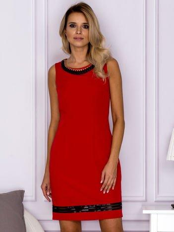 Czerwona sukienka z łańcuszkiem