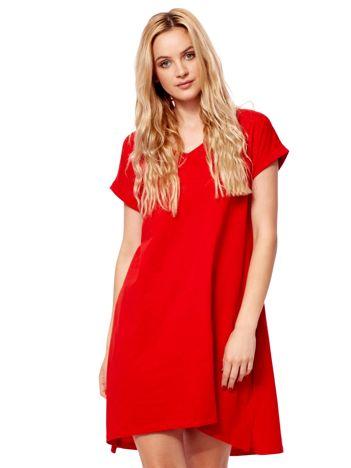 Czerwona sukienka z podwijanymi rękawami