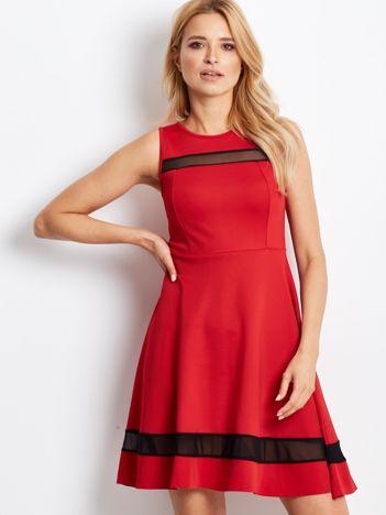 Czerwona sukienka z transparentnymi modułami