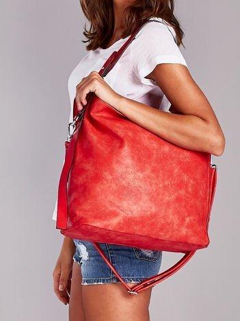 Czerwona torba z paskami