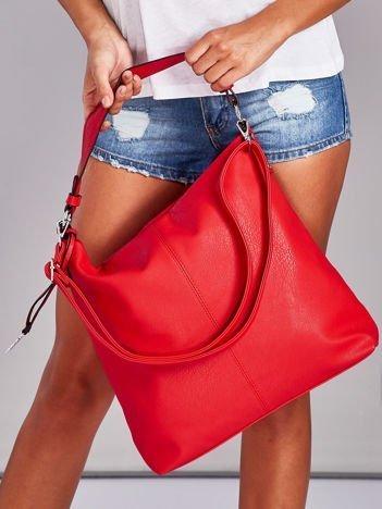 Czerwona torba z przywieszką