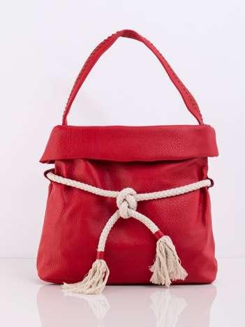 Czerwona torba z wiązaniem