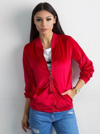Czerwona welurowa bluza bomberka