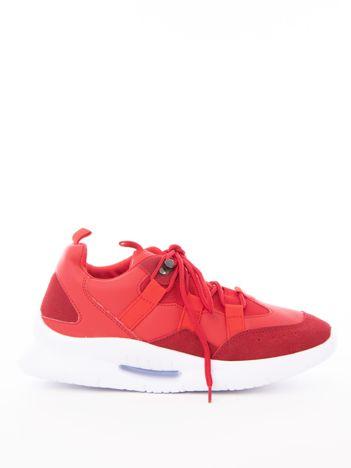 Czerwone buty sportowe z ozdobnym sznurowaniem i sprężystą podeszwą