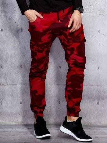 Czerwone joggery męskie moro