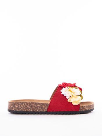 Czerwone klapki ANESIA z materiałowymi kwiatami na przodzie cholewki