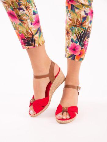 Czerwone materiałowe sandały na koturnach, z ozdobnie plecionym przodem w kokardę