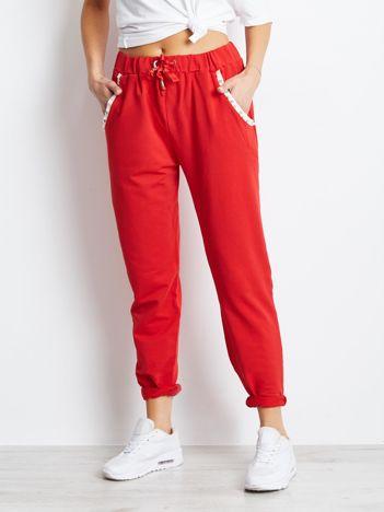 Czerwone spodnie dresowe z aplikacją