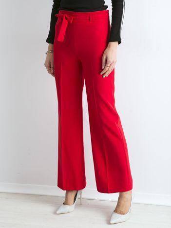 Czerwone szerokie spodnie z wiązaniem