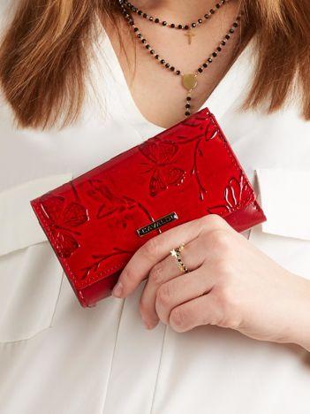 Czerwony damski portfel w tłoczone wzory