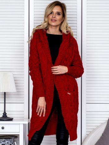 Czerwony długi warkoczowy sweter