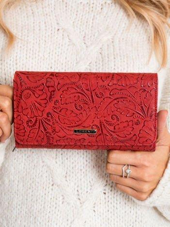 Czerwony duży portfel we wzory