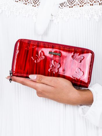 Czerwony lakierowany portfel damski w tłoczone motyle