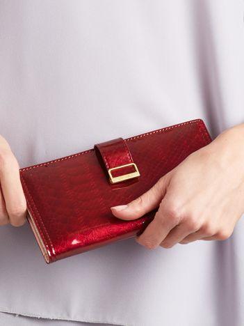 Czerwony lakierowany portfel glamour