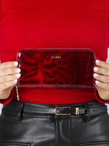 Czerwony lakierowany portfel skórzany z futrzanym wzorem
