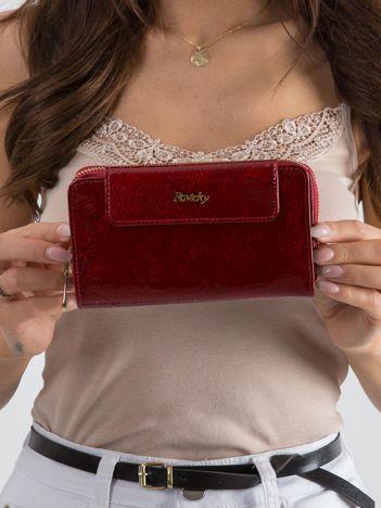 Czerwony lakierowany portfel w kwiaty