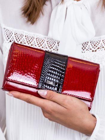 Czerwony lakierowany portfel z motywem skóry krokodyla
