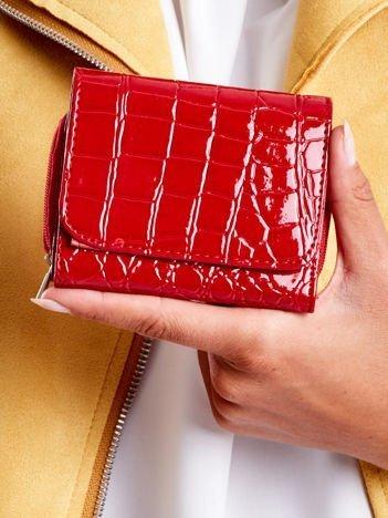 Czerwony lakierowany portfel z tłoczonym zwierzęcym wzorem