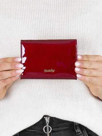 Czerwony lakierowany portfel ze skóry w geometryczne wzory
