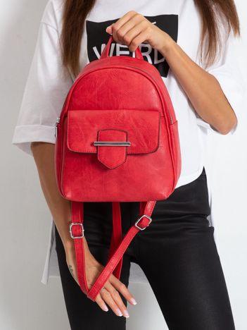Czerwony plecak z klapką
