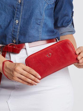 Czerwony portfel na suwak