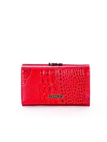 Czerwony portfel skórzany z tłoczeniem