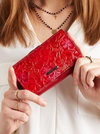 Czerwony portfel w roślinne wzory