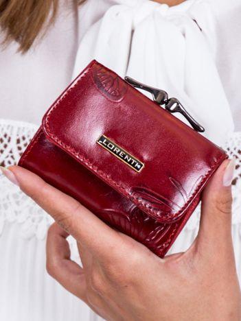 Czerwony portfel w tłoczone motyle