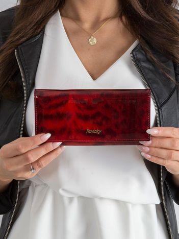 Czerwony portfel w zwierzęcy wzór