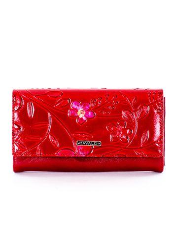Czerwony portfel z tłoczonym kwiatowym motywem