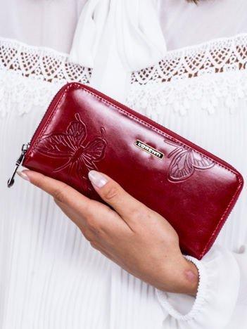 Czerwony skórzany portfel na suwak w motyle