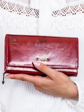 Czerwony skórzany portfel w tłoczone motyle