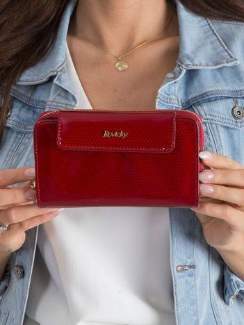 Czerwony skórzany portfel z mieniącym wzorem