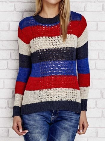 Czerwony sweter w kolorowe paski