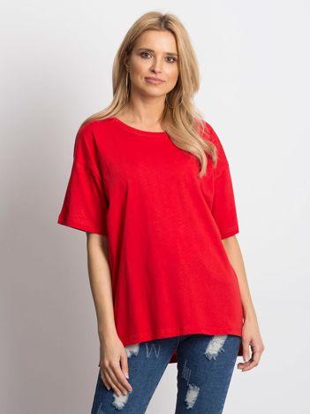 Czerwony t-shirt o luźnym kroju