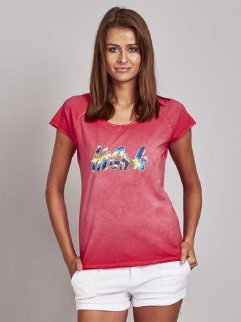Czerwony t-shirt z kolorową naszywką