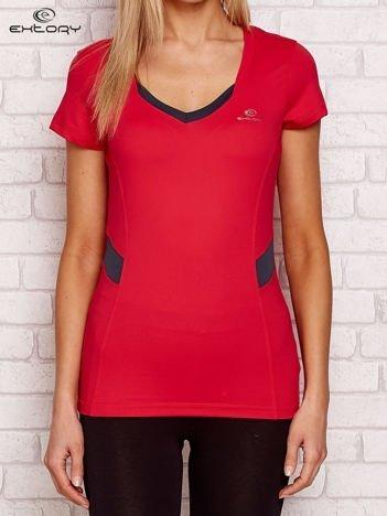 Czerwony t-shirt z kontrastowymi wstawkami