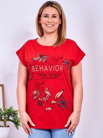 Czerwony t-shirt z napisem i motywem roślinnym PLUS SIZE