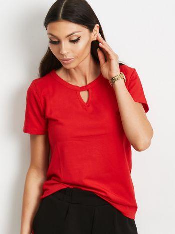 Czerwony t-shirt z wycięciem łezką