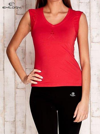 Czerwony top sportowy z marszczeniami na ramionach