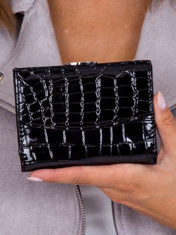 Damski czarny portfel tłoczony