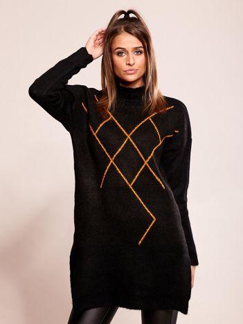Długi czarny sweter we wzory